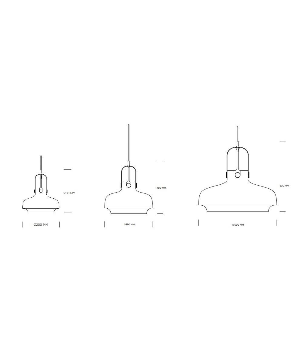 DesignSpace Copenhagen for &tradition  Koncept Copenhagen SC7 Matt Black Pendel blev designet med solid inspiration fra det maritime, da gaslamper fra hovedstadens havneanlæg kraftigt influerede formen. Selve grundformen blev moderniseret i processen men den lakerede metalskærm, der spændes fast på ledningen med udspændt buet metal emmer af den historiske baggrund.  Udgangspunktet var at skabe et design, der ville tillade brugen af forskellige metaller, men også, at designet skulle virke ud fra en rent skulpturel vinkel med en enkel afslutning. Copenhagen SC7 Matt Black Pendlerne er skabt med et enestående øje for detaljer og fokus på overfladestruktur, her er det klassiske kombineret med det moderne på en unik måde.  At Space Copenhagen har stor erfaring som indretningsarkitekter er ikke nogen hemmelighed, og dette er da også synligt i den omhu der er lagt i designet. Fleksibiliteten der er bygget ind i lampen og den opmærksomhed der er lagt i detaljerne er grænsende til voldsom. Selv