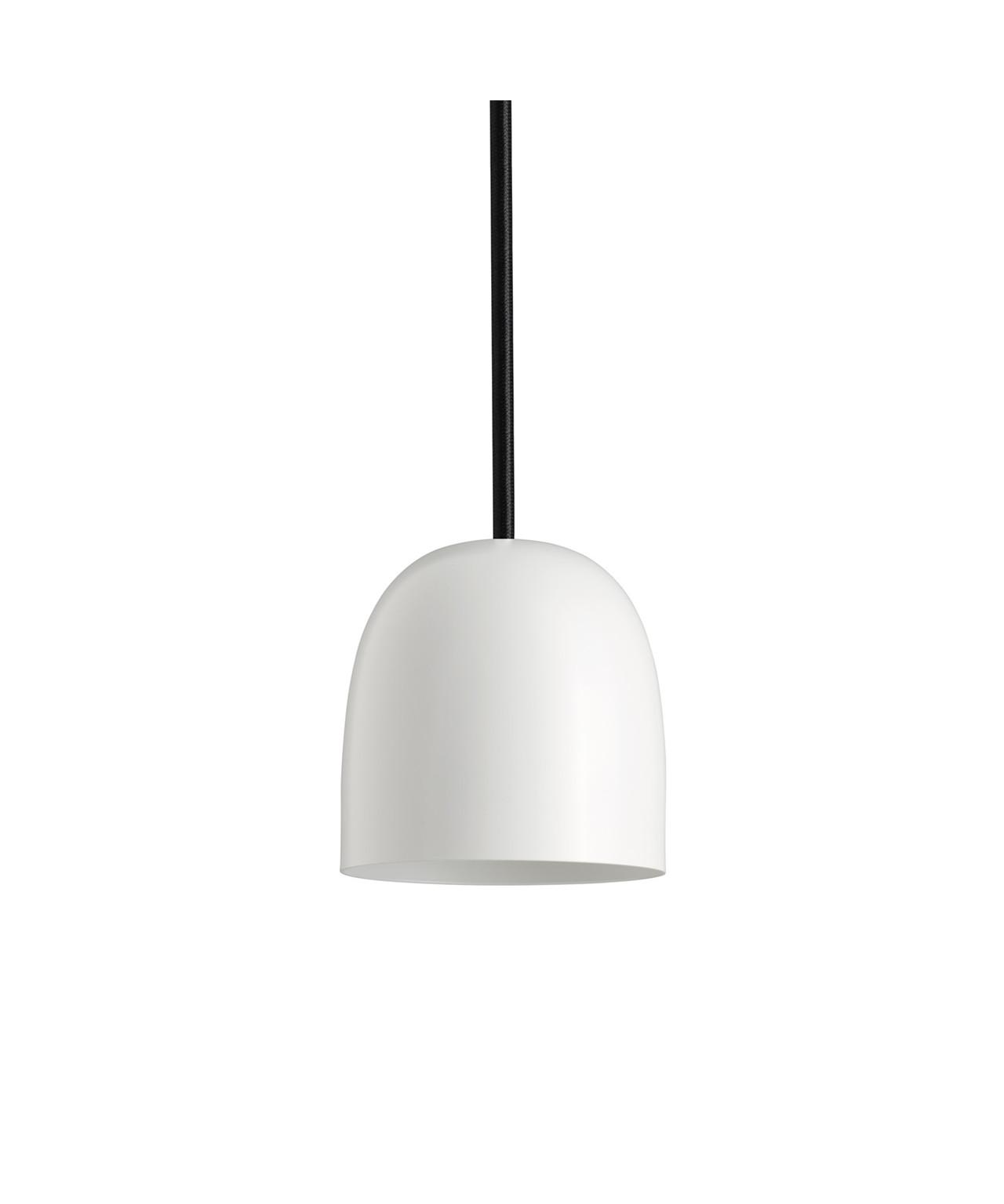 Design Piet Hein for Piet Hein Koncept Som sine brødre i SUPER-serien, er SUPER 115 lampen med sit elegante design blevet en øjeblikkelig klassiker. Der er rig mulighed for at finde en pendel der passer i størrelsen samt vælge blandt skærme udført i både sort og hvid eller opaliseret glas i version 90 og 115. Derud over kan der leges med ledningerne som kan vælges i henholdsvis sort, hvid eller rød stof-ledning. Med sit enkle men stadig yderst raffinerede udseende vil SUPER 115 pendlen fra Piet Hein være en kærkommen kilde til belysning alle steder i boligen. En enkelt og elegant pendel der kan bruges i mange sammenhænge, hvor der i kraft af valget mellem flere størrelser samt tre farver ledninger er mulighed for leg med form og farve.